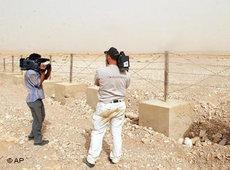 Zwei Syrische Journalisten filmen die Syrisch-Irakische Grenze, Juni 2005; Foto: AP/Bassem Tellawi