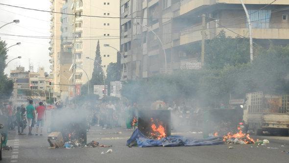 Brennende Mülltonnen im Stadtteil Aischa Bakkar, Westbeirut; Foto: DW/Mona Naggar