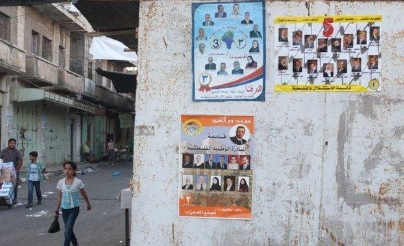 Wahlplakate an einer Hauswand in den palästinensischen Gebieten; Foto: René Wildangel