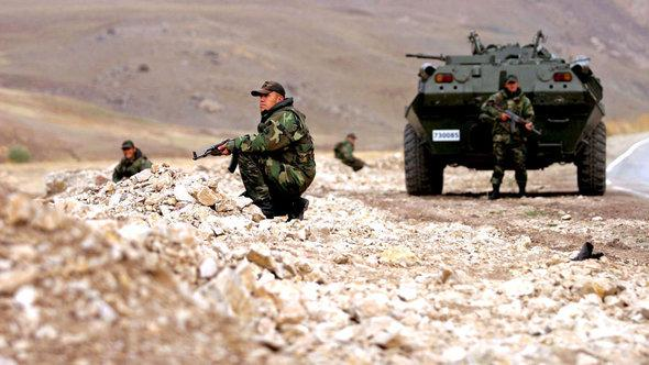 Türkische Soldaten patroullieren in den kurdischen Gebieten; Foto: dpa