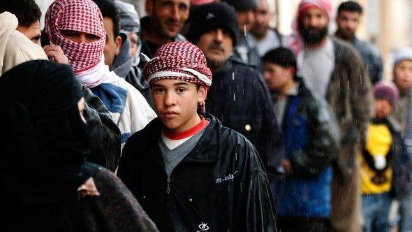 Warteschlange vor einer Bäckerei, Al Qusayr im Westen Syriens; Foto: REUTERS/Goran Tomasevic