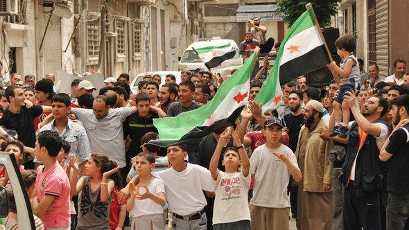 Demonstration gegen das Assad-Regime im zentralsyrischen Homs; Foto: dapd