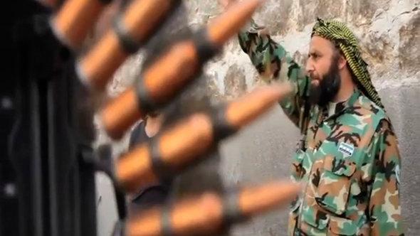 Aufständischer der FSA neben Patronengürtel; Foto: AP