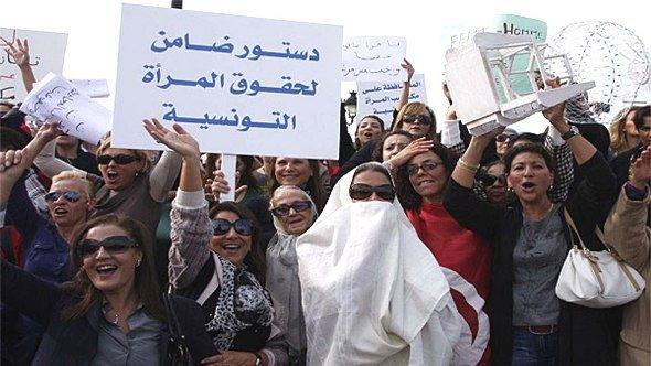 Tunesische Frauen protestieren gegen die geplante Verfassungsänderung; Foto: Tarek Guizani/DW