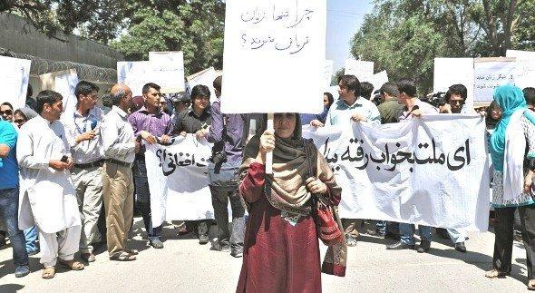 Frauen und Männer demonstrieren in Kabul am 11. Juli 2012 gegen die öffentliche Exekution einer Frau, die angeblich Ehebruch begangen hatte; Foto: AFP/Getty Images