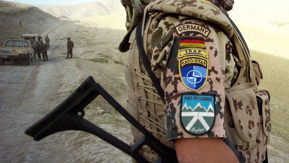 in Soldat des deutschen ISAF-Kontingents patrouilliert in der Umgebung von Faisabad ; Foto: dpa/picture alliance