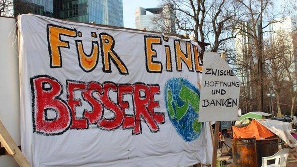Occupy-Aktivisten im Frankfurter Bankenviertel, November 2011; Foto: DW/Guilherme Correia da Silva