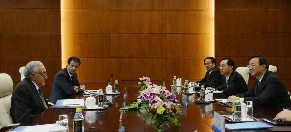 er Sondergesandte der Vereinten Nationen und der Arabischen Liga für Syrien, Lakhdar Brahimi, im Gespräch mit Chinas Außenminister Yang Jiechi; Foto: dpa