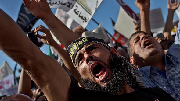 Salafisten demonstrieren auf dem Tahrirplatz: Sie fordern, dass die neue ägyptische Verfassung auf der Scharia aufbauen soll; Foto: AP/dapd