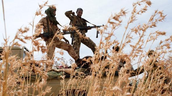 Bewaffnete Tuareg-Kämpfer in Nordmali; Foto: picture-alliance/Ferhat Bouda