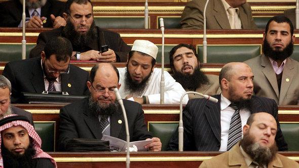 Abgeordnete der ultrakonservativen salafistischen al-Nur Partei bei der Tagung des ägyptischen Parlaments; Foto: Asmaa Waguih/AFP/GettyImages