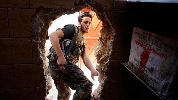 Ein Kämpfer der Freien Syrischen Armee in Aleppo; Foto: Reuters/Goran Tomasevic