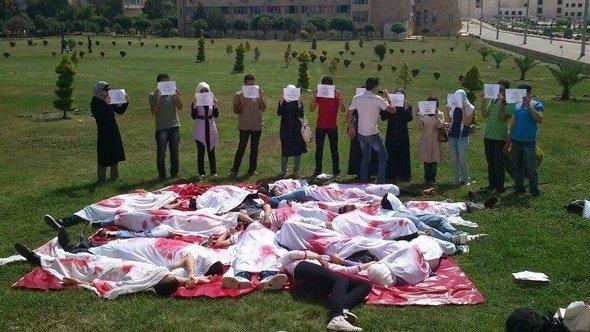 Anti-Regierungs-Protest an der Universität von Aleppo, Juni 2012. Mit ihrer Darstellung erinnern die Studenten an ein Massaker; Foto: Reuters