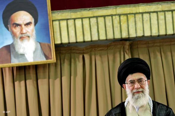Irans Ayatollah Ali Khamenei sitzt unter einem Portrait Ayatollah Khomeinis; Foto: AP