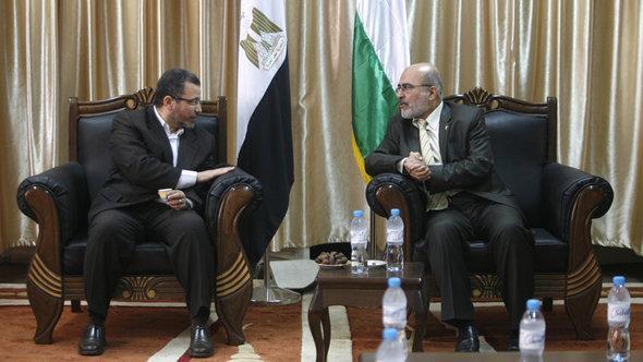 Der ägyptische Premierminister Hisham Kandil (links) auf seinem kurzen Besuch bei seinem Amtskollegen im Gaza-Streifennd Zial al-Zaza (rechts); Foto: Eyad Al-Baba/picture-alliance/landov