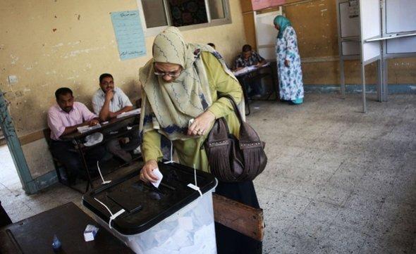 Wählerin bei der Stimmabgabe in Alexandria; Foto: AP/dapd