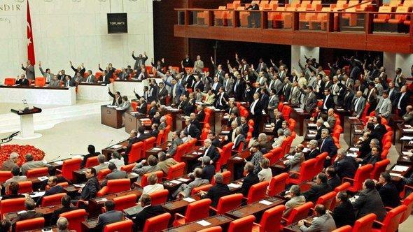 Abstimmung über Abschaffung der Todesstrafe am 2.8.2002 im türkischen Parlament in Ankara; Foto: picture-alliance