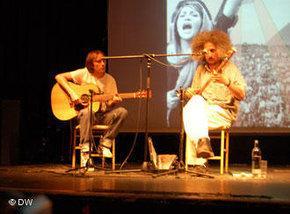 Mohsen Namjoo in concert with Babak Akhondi (photo: DW)