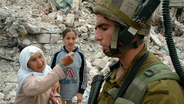 Israelischer Soldat im zerstörten Flüchtlingslager Jenin; Foto: AP