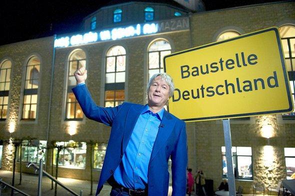 Jürgen Becker vor der Merkez-Moschee in Duisburg-Marxloh; Foto: WDR/Melanie Grande