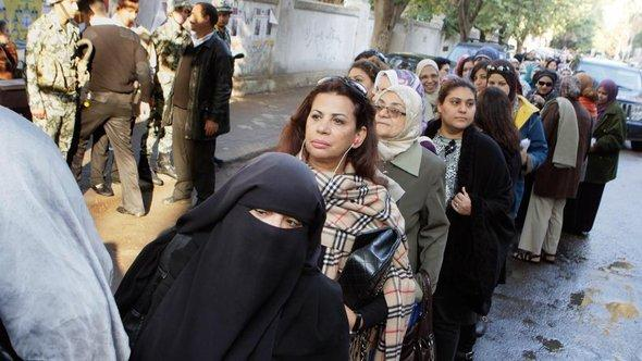Egyptian women line up out side a polling center in Cairo, on 28 November 2011 during Egypt's first parliamentary elections since Hosni Mubarak was ousted by a popular uprising (photo: AP/dapd)