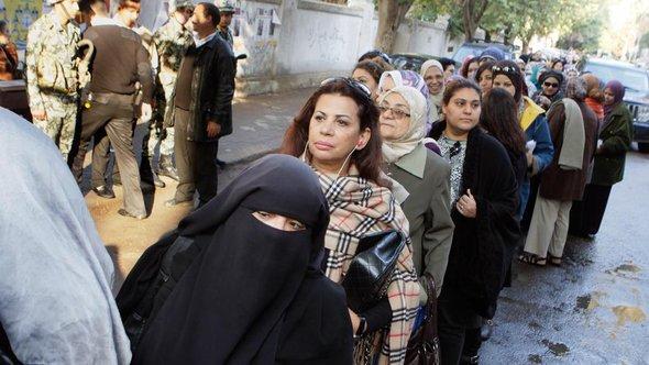 Frauen an den Wahlurnen in Kairo; Foto: AP/dapd