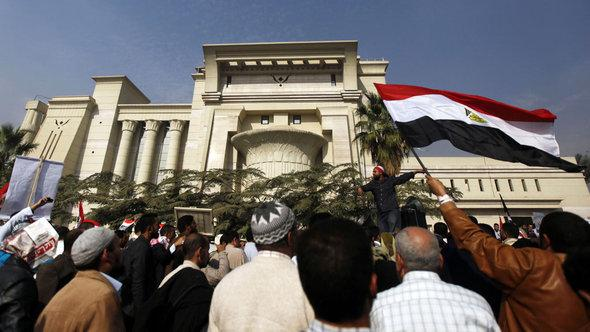 upporters of Egyptian President Mohamed Mursi shout slogans in front of the Supreme Constitutional Court in Maadi, south of Cairo, on 2 December (photo: Reuters)