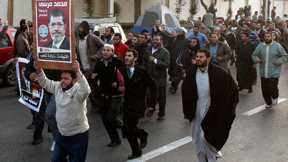 Mobilmachung von Anhängern der Muslimbruderschaft gegen Oppositionelle am Präsidentenpalast in Kairo; Foto: Reuters