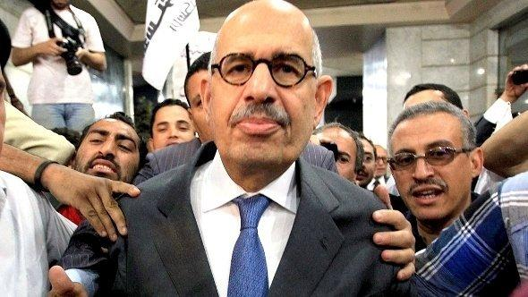Alt-tag: Nobel Peace Prize winner and former head of the International Atomic Energy Agency, Mohamed ElBaradei is surrounded by his supporters and media as he arrives to announce the launch of the new 'Adoustour' Party (Constitution Party) in a press conference at the Egyptian Press Syndicate in Cairo, Egypt, 28 April 2012 (photo: dpa)