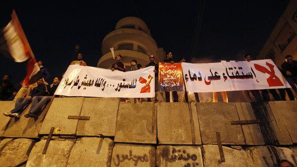 Gegener der neuen Verfassung vro dem Präsidentenpalast in Kairo; Foto: Reuters