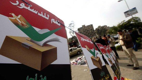 Plakataktion der Muslimbrüder für die neue Verfassung in Kairo; Foto: Reuters