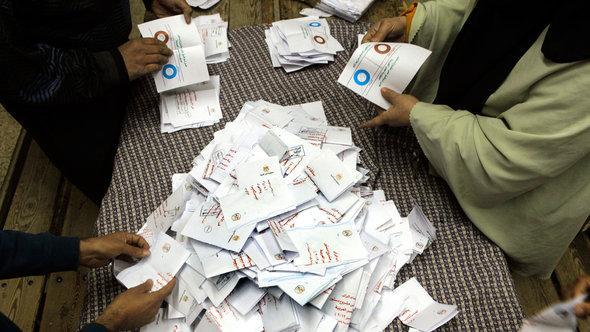 Die Stimmzettel zur ersten Runde des Verfassungsreferendums werden in Kairo ausgezählt; Foto: AP
