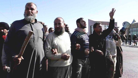 Salafisten demonstrieren am 13. Dezember vor dem Gebäude der Media Production City (MPC) in Kairo; Foto: Khairy Hussein/dpa