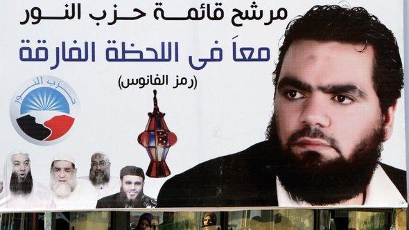 Plakat mit dem Bild Farid Alis, dem Kandidaten der Al-Nour-Partei bei den letzten Parlamentswahlen in Ägypten; Foto: dapd
