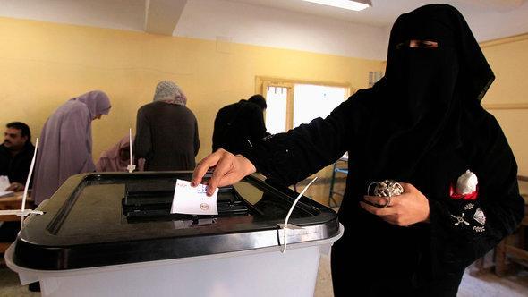 Wählerin in Mahalla bei der Stimmabgabe zur neuen Verfassung; Foto: Reuters/Mohamed Abd El Ghany