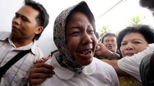 Prita Mulyasari vor dem Gerichtsgebäude in Tangerang, Foto: AFP
