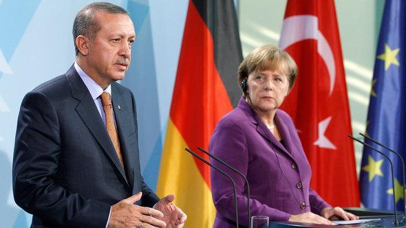 Der türkische Ministerpräsident Erdogan und die deutsche Kanzlerin Merkel; Foto: dapd
