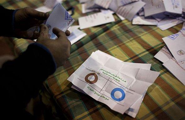 Auszählung der Stimmen in einem Wahllokal in Kairo; Foto: AP