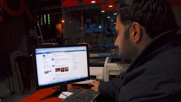 Ein syrischer Mann in einem Internet-Café in Damaskus; Foto: AP Photo/Muzaffar Salman