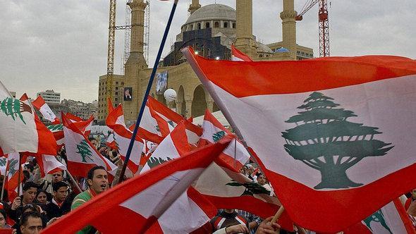 Libanesische Demonstranten feiern den Sturz der Regierung auf Beiruts Märtyrerplatz, März 2005; Foto: EPA/Nabil Mounzer