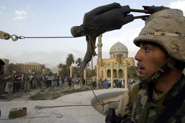 Sturz der Saddam-Statue im Zentrum Bagdads; Foto: AP