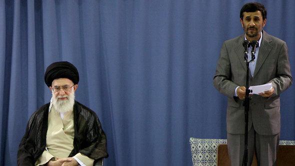 Irans Revolutionsführer Khamenei (l.) und Präsident Ahmadinedschad; Foto: AP