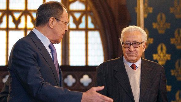 Russlands Außenminister Sergei Lavrov (l.) und Lakhdar Brahimi, der Sondergesandte der Vereinten Nationen und Arabischen Liga; Foto: Reuters/Sergei Karpukhin