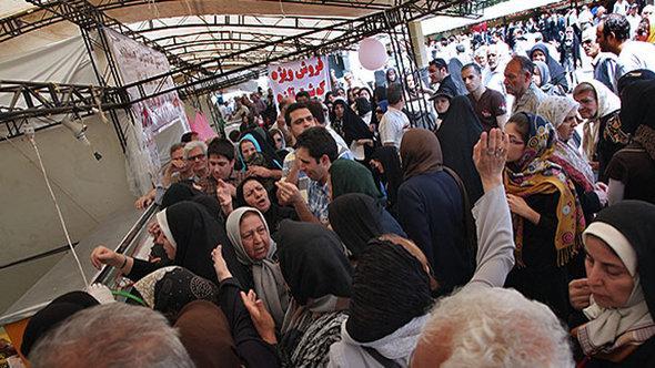Schlangestehen für subventioniertes Essen in Teheran; Foto: Mehr