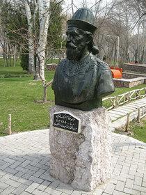 Statue von Nizam al-Mulk in Mashhad, Iran; Foto: Juybari/Wikipedia