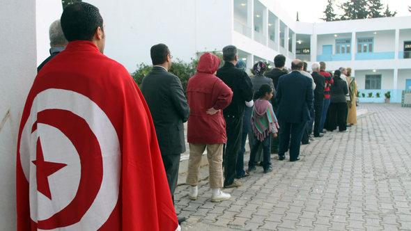 Schlange vor den Wahlen zur Verfassungsgebenden Versammlung; Foto: Reuters
