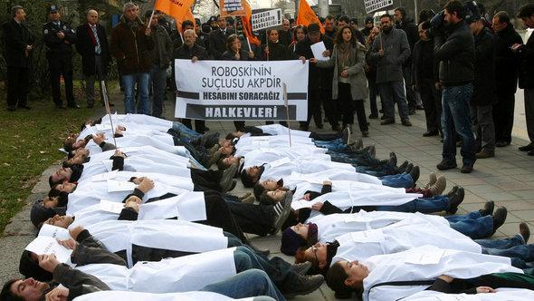 Mitglieder einer pro-kurdischen Partei protestieren in Ankara gegen die türkische Regierung; Foto: Adem Altan/AFP/Getty Images