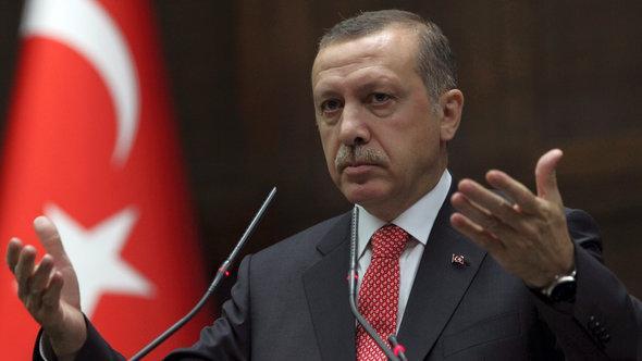 Der türkische Premierminister Recep Tayyip Erdogan vor dem Parlament in Ankara; Foto: Burhan Ozbilici/AP/dapd