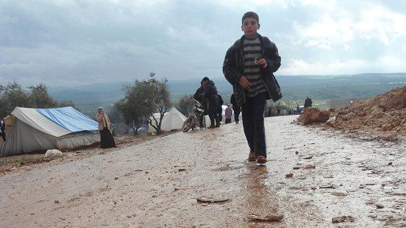 Ein rennendes Kind im Flüchtlingslager Atma, syrisch-türkische Grenze; Foto: DW/Karen Leigh