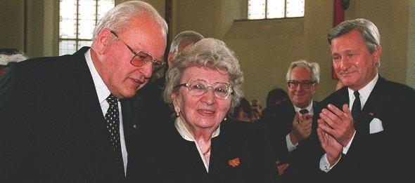 Roman Herzog und Annemarie Schimmel während der Vergabe des Friedenspreises 1995 in der Frankfurter Paulskirche; Foto: dpa